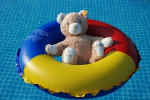 1280px-Teddy-in-swim-ring